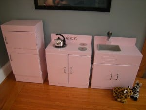 Read more about the article Mini-Kitchen Makeover With Pink Appeal